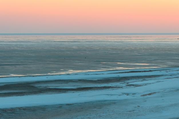Paesaggio, bellissimo tramonto dorato, cielo rosso sul lago salato elton.
