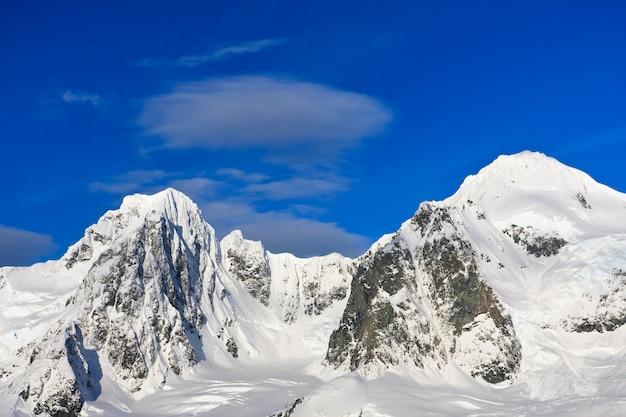 Paesaggio con montagne innevate