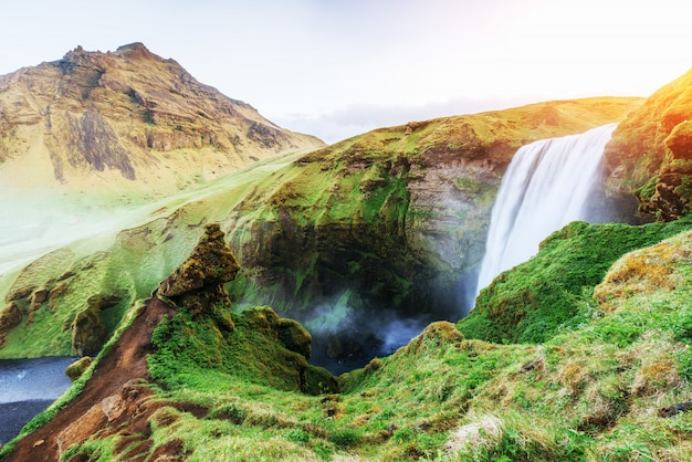 Paesaggio con oceano e cascata in islanda