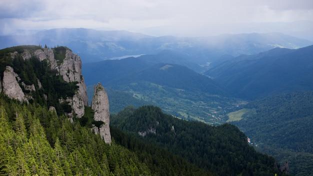 Paesaggio con un picco di montagne carpatiche
