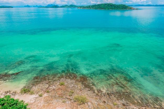 Paesaggio costiero, caldo oceano indiano. viaggia in paesi caldi. bellezza e piacere. suono del surf. natura marina. costa trasparente.