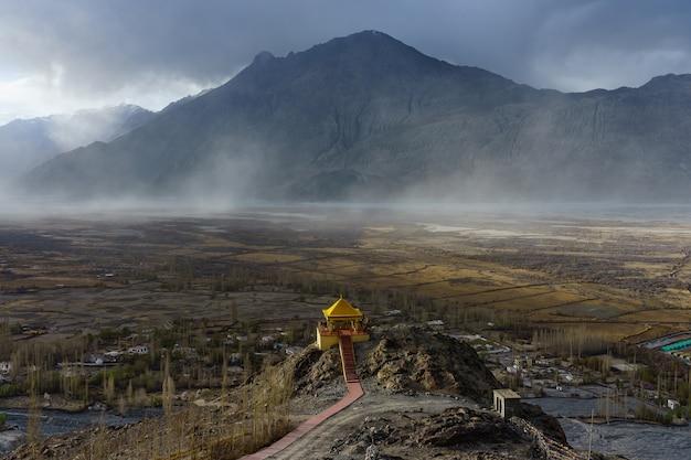 Paesaggio dal monastero di diskit nella valle di nubra di ladakh, kashmir, india.