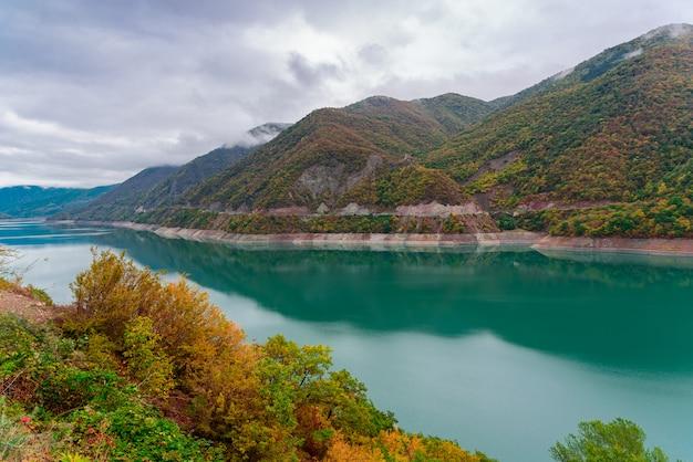 Paesaggio del bacino idrico di zhinvalskoe, georgia. quaranta chilometri a nord di tbilisi.