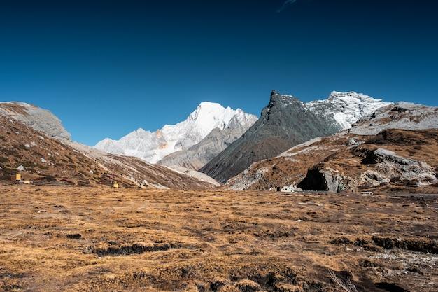 Paesaggio del campo arido dorato con la montagna e il cielo blu del calcare vicino al lago milk