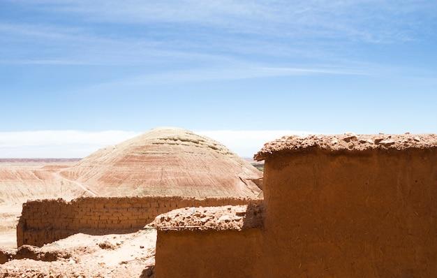 Paesaggio del deserto con rovine sotto il cielo blu
