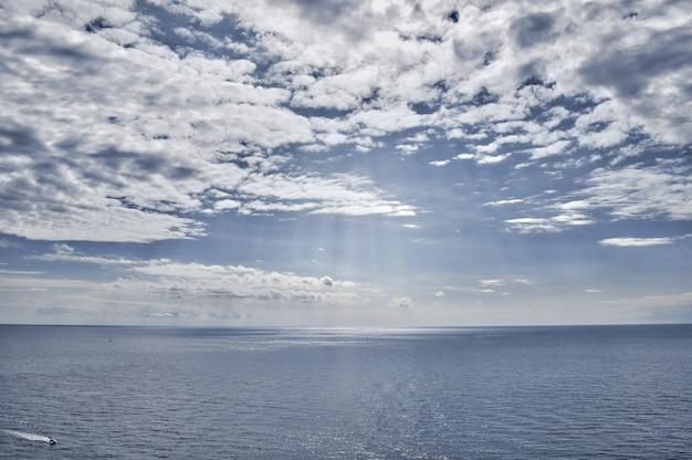 Paesaggio del mare, vista dalla riva del mare calmo e cielo