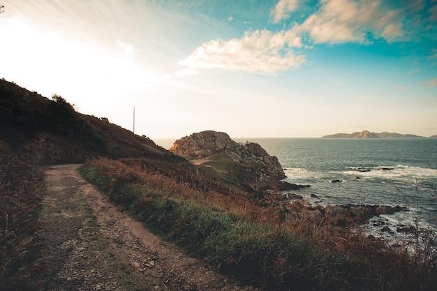 Paesaggio del percorso verso il faro in autunno