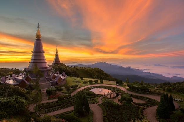 Paesaggio del pogoda gemellato in montagna del inthanon di doi