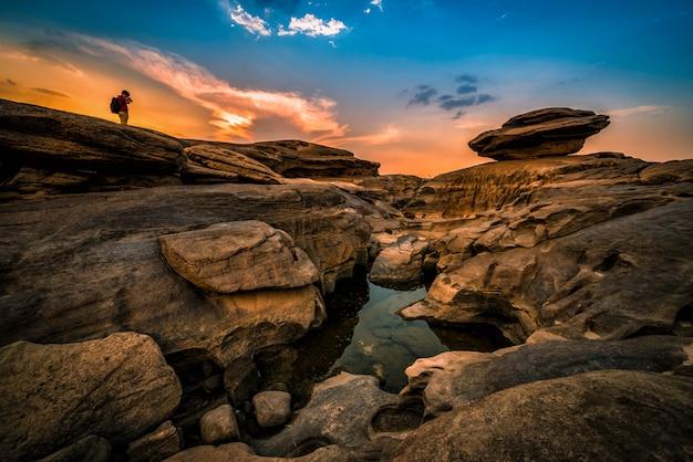 Paesaggio del tramonto a sam phan bok in ubonratchathani non visto in tailandia. il grand canyon della thailandia.