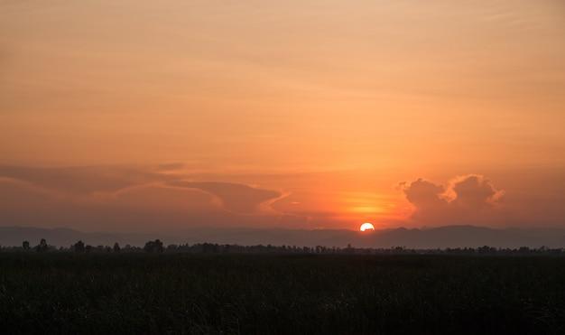 Paesaggio del tramonto sulle montagne nebbiose in serata, parco nazionale della thailandia