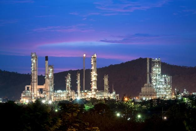 Paesaggio dell'industria della raffineria di petrolio con il serbatoio di olio nella notte.