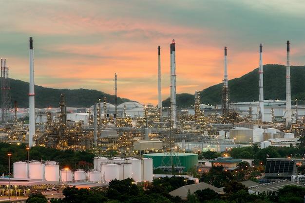 Paesaggio dell'industria della raffineria di petrolio con il serbatoio di olio