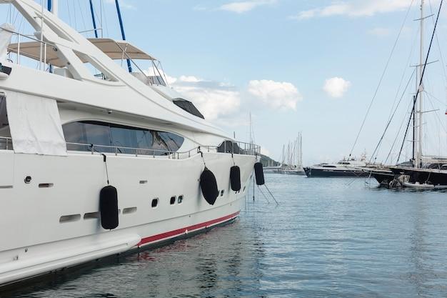 Paesaggio dell'yacht sull'acqua di mare