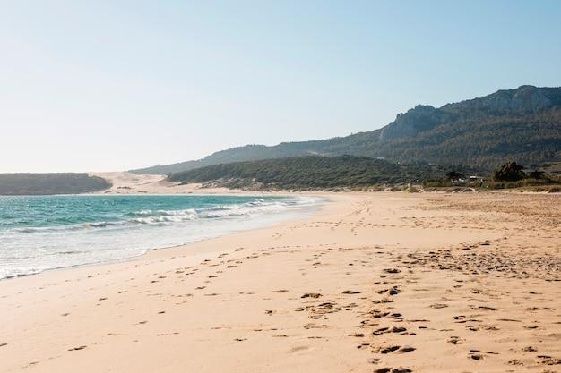Paesaggio della bella spiaggia con la montagna sullo sfondo