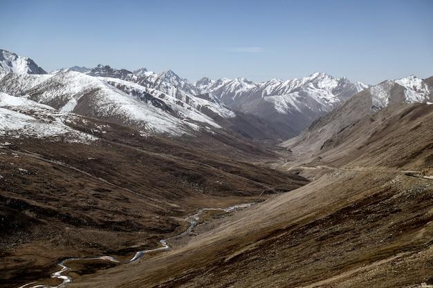 Paesaggio della catena montuosa ricoperta di neve. gilgit baltistan, pakistan.