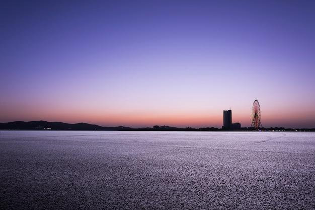 Paesaggio della città al crepuscolo
