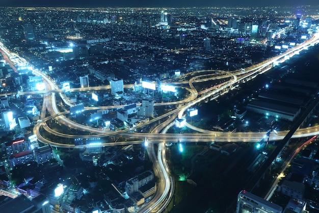 Paesaggio della città di bangkok e superstrada di notte