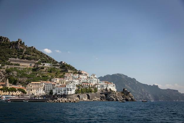 Paesaggio della costiera amalfitana in italia.