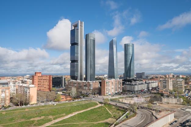 Paesaggio della costruzione di affari di madrid a quattro torre in spagna.