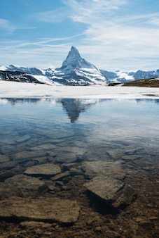 Paesaggio della montagna del cervino con il lago a zermatt, svizzera
