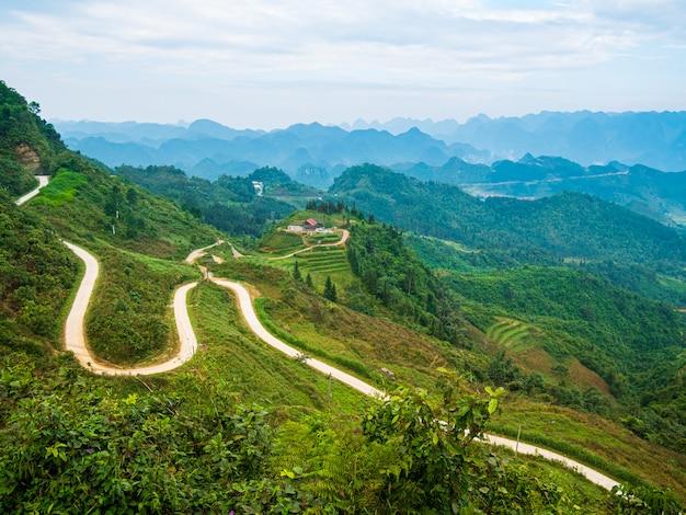 Paesaggio della montagna del geopark di morfologia carsica di ha giang nel vietnam del nord. strada tortuosa in uno scenario mozzafiato. circuito motociclistico di ha giang, ciclisti di facile utilizzo per famosi motociclisti.