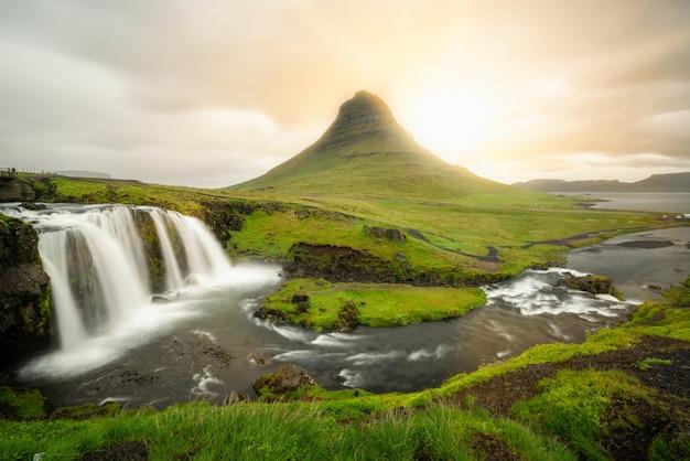 Paesaggio della montagna di kirkjufell di estate dell'islanda.
