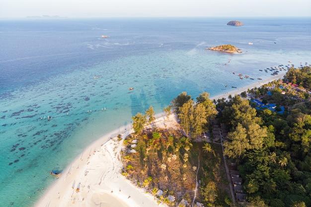 Paesaggio della spiaggia con luce solare sull'albero in mare tropicale all'isola di lipe