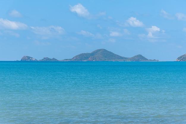 Paesaggio della spiaggia e del mare con la spiaggia rocciosa della scogliera