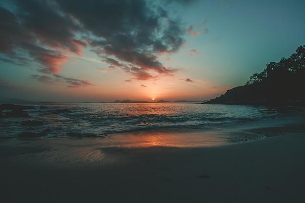 Paesaggio della spiaggia rossa e blu