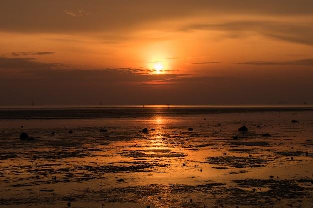 Paesaggio della spiaggia tropicale dell'isola di paradiso, colpo di alba