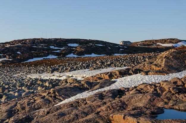Paesaggio della tundra al mare di barents in teriberka, murmansk, russia