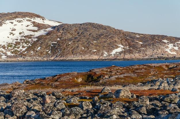 Paesaggio della tundra al mare di barents in teriberka, murmansk.
