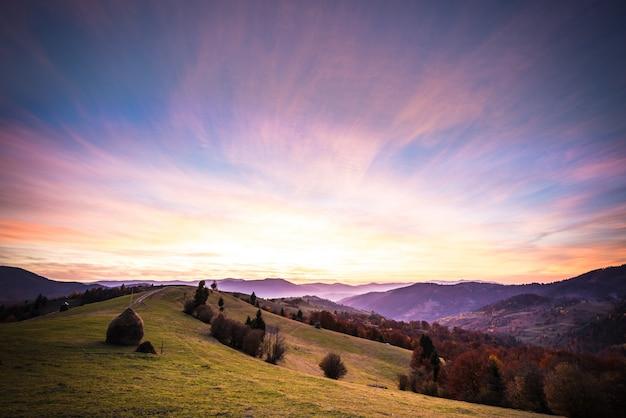 Paesaggio della valle della montagna sotto il bello cielo variopinto.