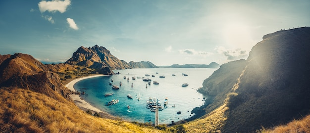 Paesaggio delle barche che galleggiano sul mare calmo