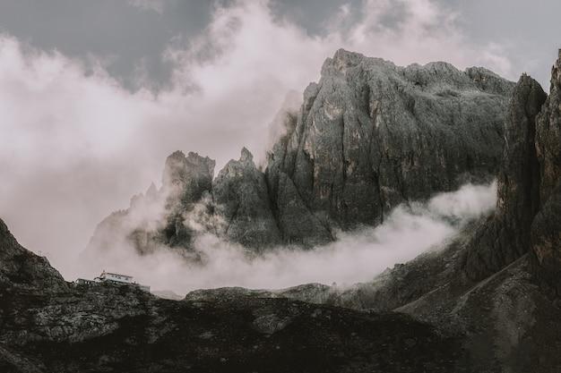 Paesaggio delle montagne rocciose