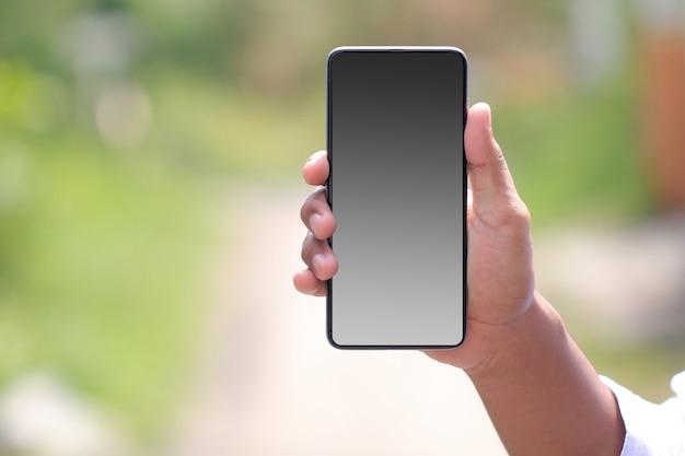 Paesaggio dello smartphone nel palmo della tua mano. schermo dello smartphone vuoto per esigenze di progettazione di mockup
