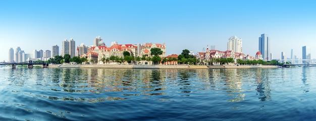 Paesaggio di acque calme e città