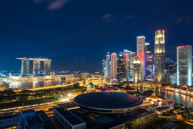 Paesaggio di affari di singapore che costruisce intorno alla baia di marina.