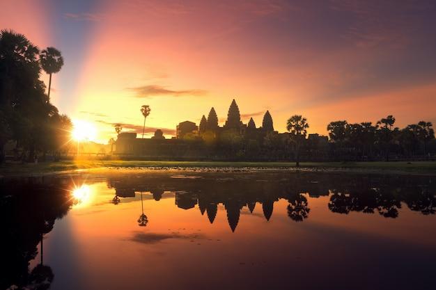 Paesaggio di alba sopra il tempio di angkor wat