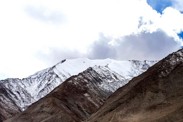 Paesaggio di alte montagne con neve