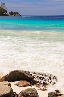 Paesaggio di bella spiaggia tropicale esotica con acqua turchese
