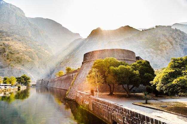 Paesaggio di montagna con la fortezza della città vecchia di kotor all'alba in montenegro