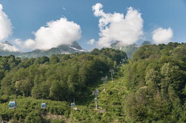 Paesaggio di montagna contro uno sfondo di cielo blu e nuvole. strada pendente.