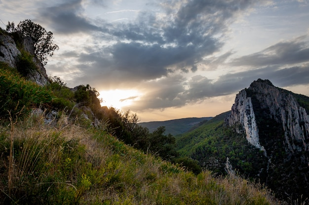 Paesaggio di montagne rocciose e vegetazione selvaggia