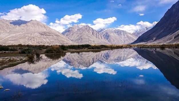 Paesaggio di neve e nuvoloso su catena montuosa himalayana, leh ladakh, parte settentrionale dell'india