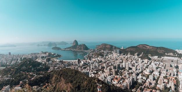 Paesaggio di rio de janeiro circondato dal mare sotto un cielo blu in brasile