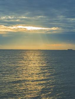 Paesaggio di spiagge con mare