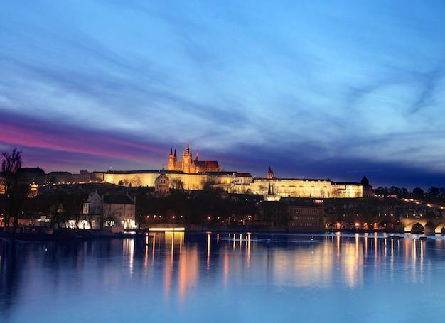 Paesaggio di un castello di notte