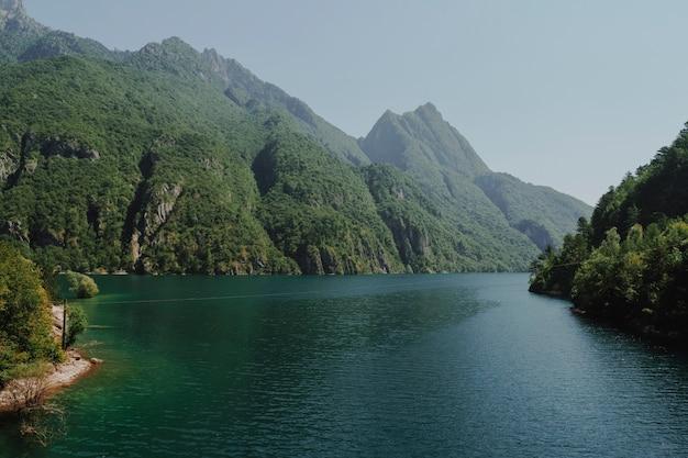 Paesaggio di un lago circondato da montagne
