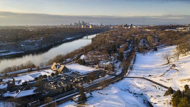 Paesaggio di una città coperta di neve sotto la luce del sole in inverno
